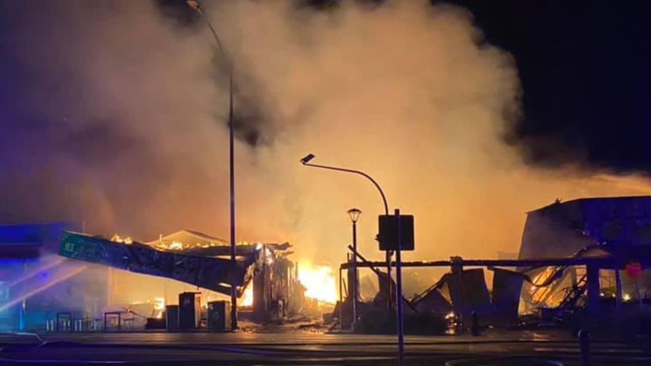 Apollo Bay fire: Buildings destroyed, motel evacuated in morning blaze