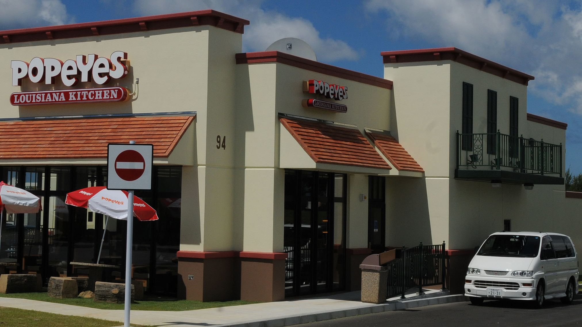 The Reason Popeyes Restaurants Have a Balcony Over the Drive-Thru